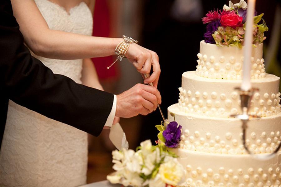 """Đặt tiệc cưới tại nhà quận 4 cùng Hai Thụy Catering - """"Ngọt ngào"""" với mẫu bánh cưới trang trí nhẹ nhàng mà quyến rũ"""